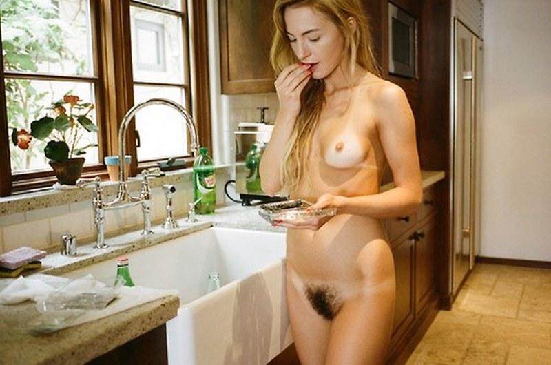 casalinga con la fica nuda e pelosa